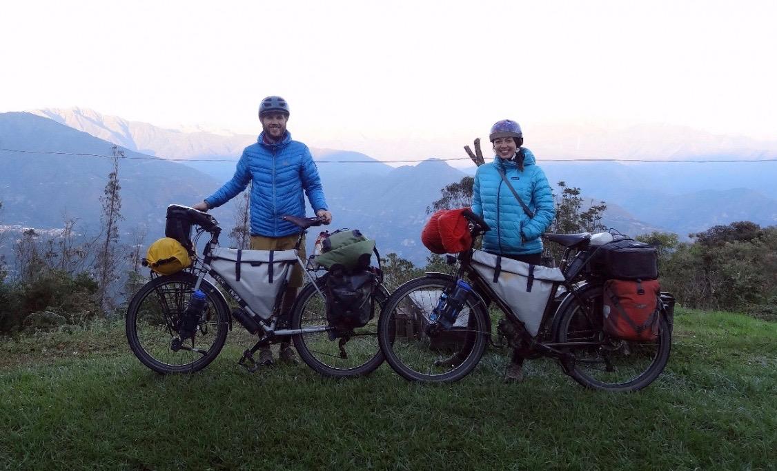 descente de l'amérique latine à vélo avec des sacoches de vélo cousues main