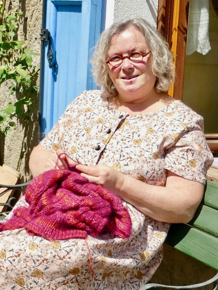 Patricia tricote dans sa nouvelle robe en double gaze