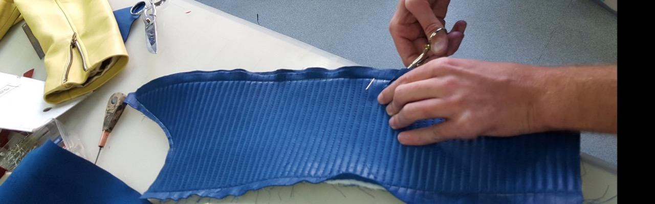 Détail couture manche blouson cuir bleu Lycée Turquetil Paris