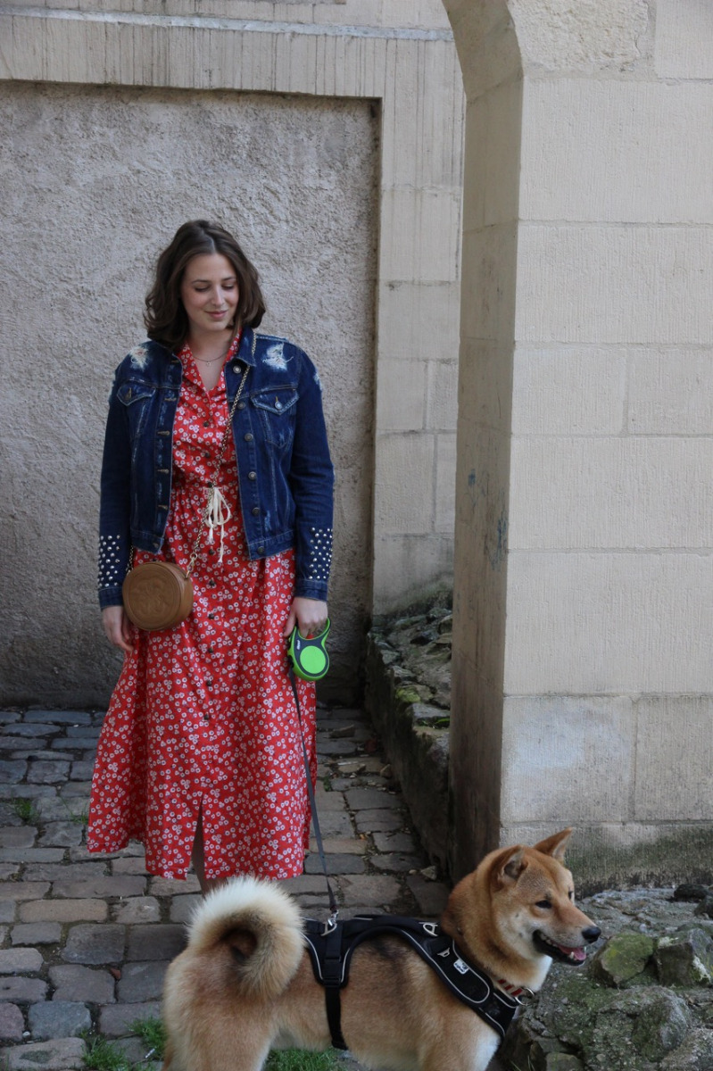 portrait Lorraine avec robe cousue main et son chien shibainu